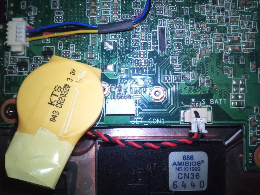 CR2032 in Schrumpfschlauch auf Mainboard geklebt
